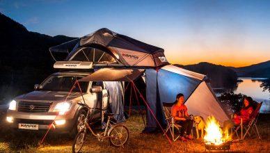 край лагерния огън с палатка за кола